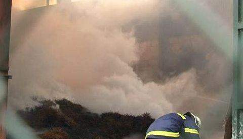 Hustý dým komplikoval hasičům práci