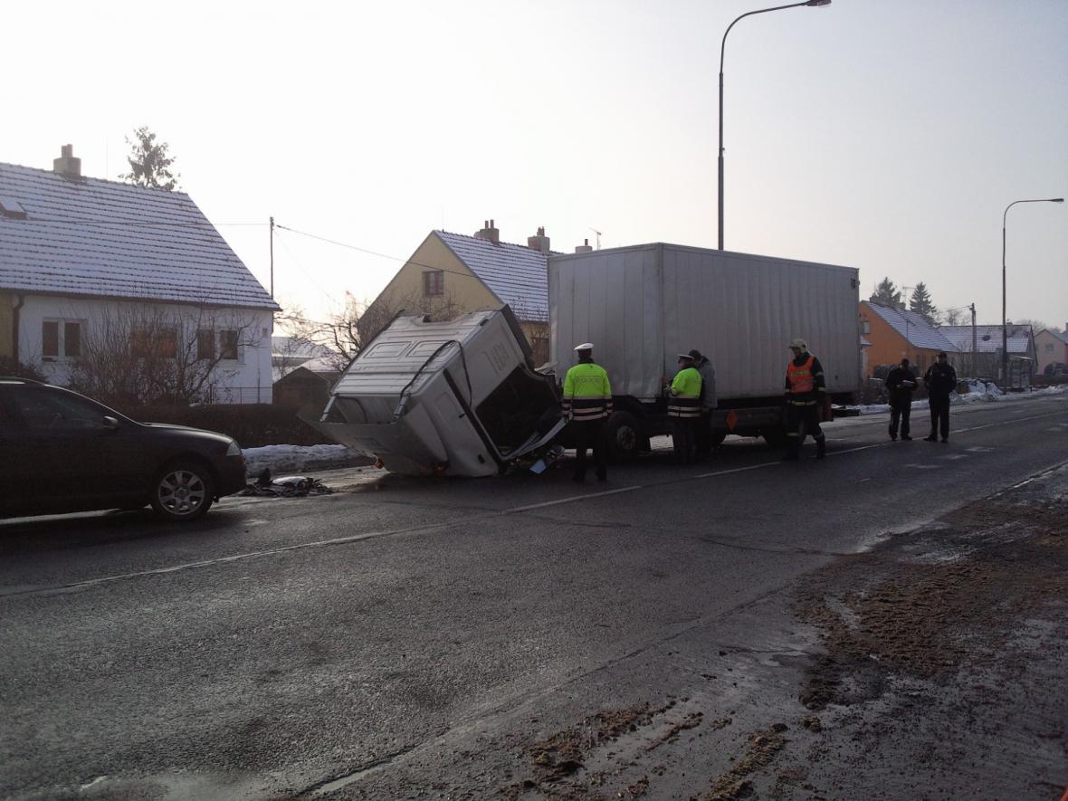 Nehoda kamionu s nebezpečným nákladem ve Vyškově
