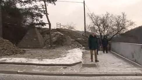 Bilboard na brněnské přehradě zastíní památník válečného hrdiny