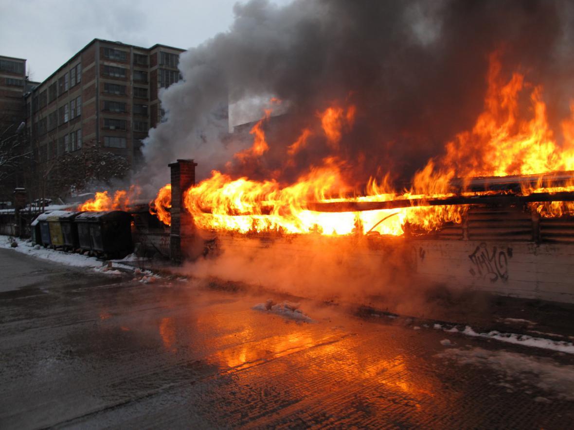 Ve Zlíně odpoledne hořela tržnice u autobusového nádraží