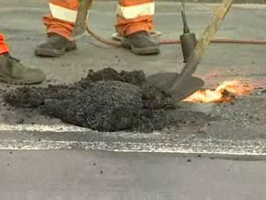 Oprava silnice studenou obalovanou směsí