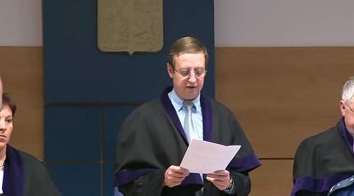 Předseda senátu krajského soudu Radomír Koudela čte rozsudek