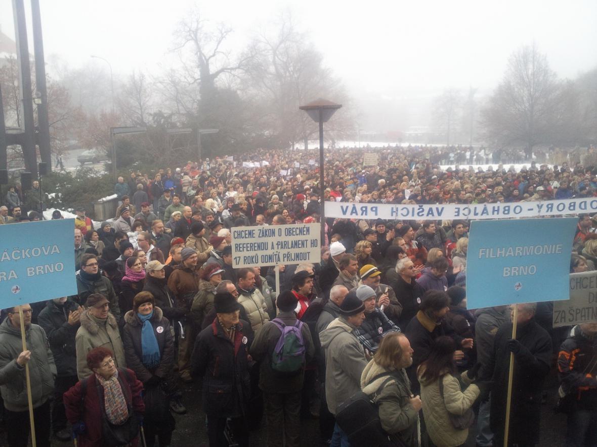 Stávka odborářů v Brně před Janáčkovým divadlem