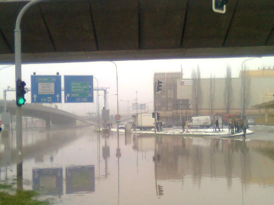 Voda z prasklého potrubí zaplavila Pisárecký tunel