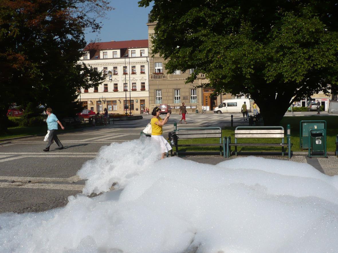 Pěna z kašny na prostějovském náměstí