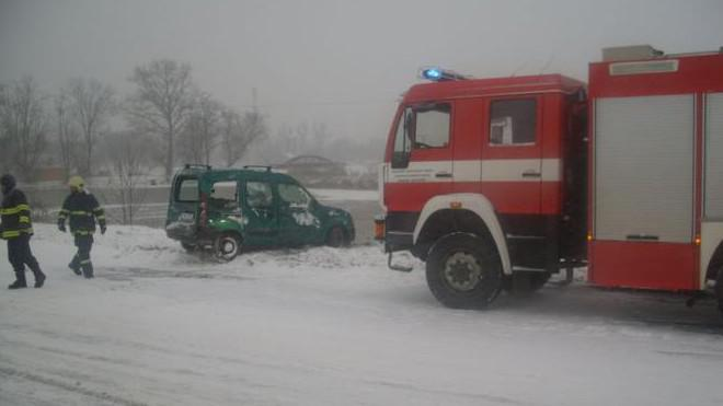 Havarované auto pomáhali z rybníka vytáhnout hasiči