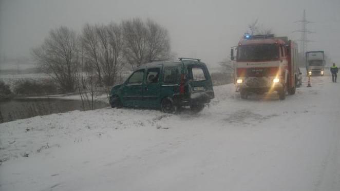 Žena skončila s autem v rybníku