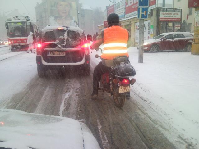 Sněhová kalamita v Brně neodradila motorkáře