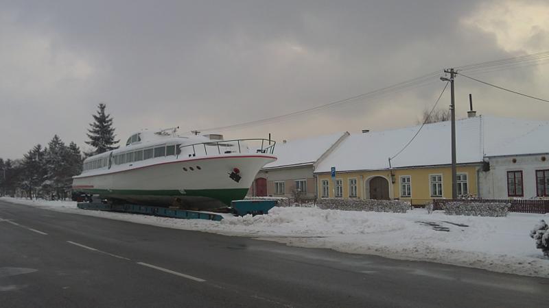 Zasněžená výletní loď parkující v Lesné