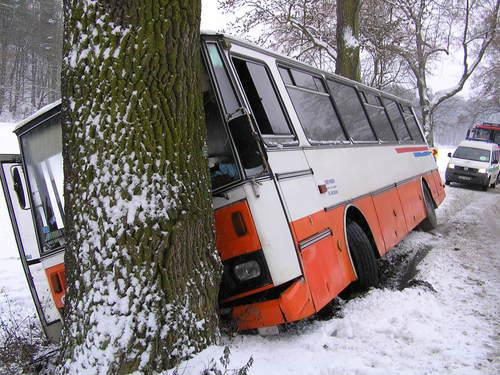 Havarovaný autobus převážející školáky