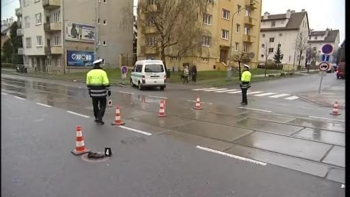 Muž o berlích zahynul, když přecházel vozovku mimo přechod