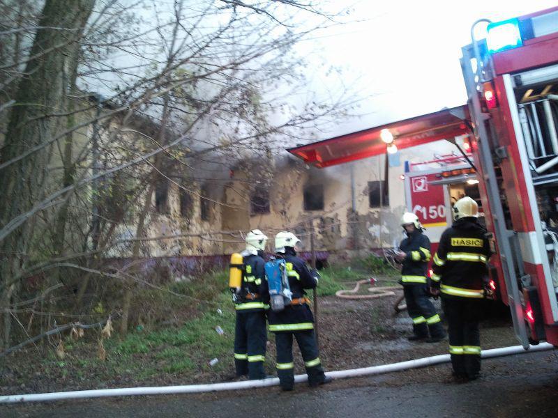 Hasiči likvidují rozsáhlý požár nedaleko centra Brna