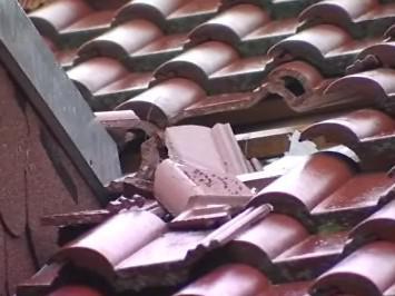 Led prorazil střechu domu