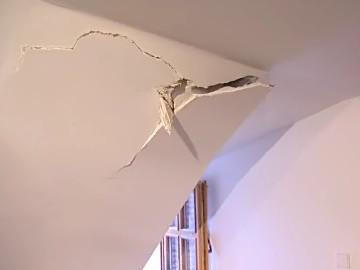 Led zničil střechu domu