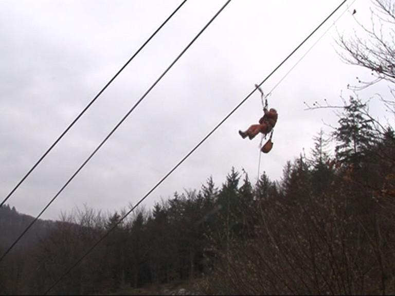 Záchranáři spouští uvízlé pasažéry z lanové dráhy