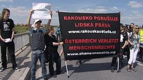 Aktivisté protestují proti stíhání svých rakouských kolegů