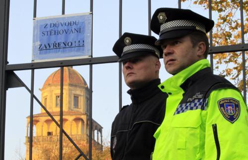 Policie hlídá areál krumlovského zámku