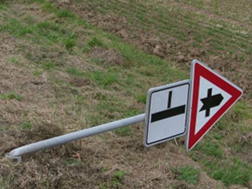 Vandalové poničili dopravní značky na Znojemsku