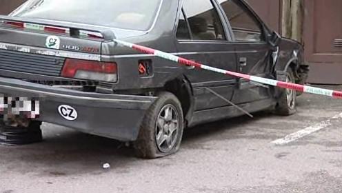 Auto, ve kterém policisté uprchlého Jiřího Peška dopadli