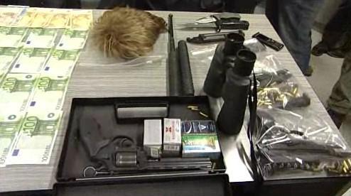 Peníze, zbraně a další vybavení, které policie hledanému muži zabavila