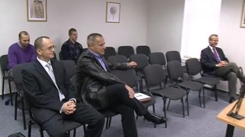 Účastníci dražby o pozemek v Židlochovicích. Vpravo Miroslav Hošek