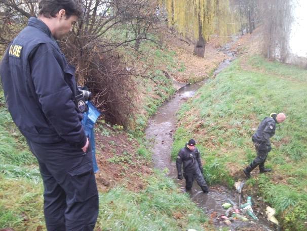 Kriminalisté prohledávají místo nálezu těla v Brně-Bosonohách