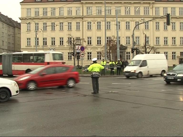 Policista usměnuje provoz