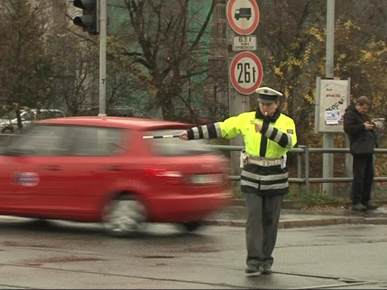 Policista reguluje dopravu