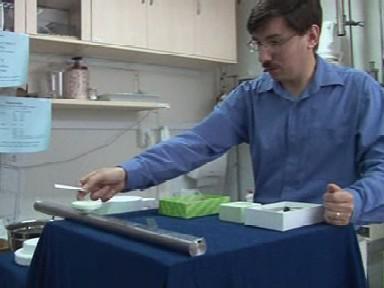 Tomáš Králík demonstruje vlastnosti supravodiče