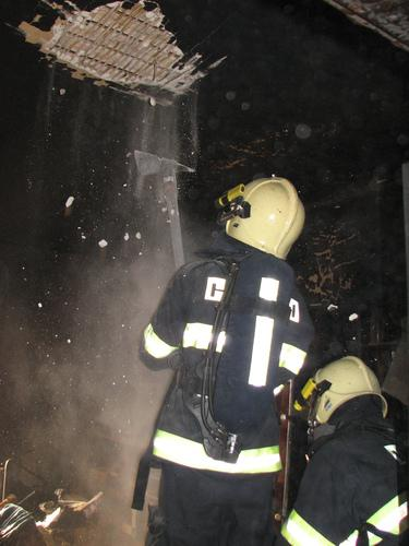 Hasiči likvidují požár
