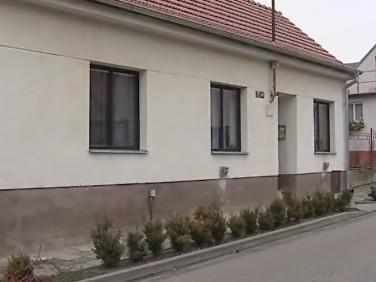 Dům, v němž mladík s matkou a babičkou žil