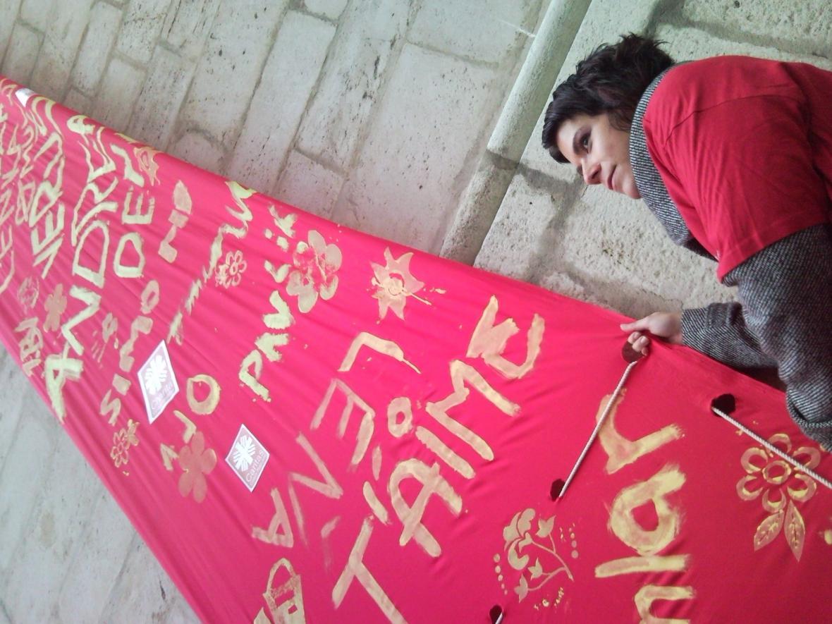 Červená plachta se vzkazy na věži sv. Jakuba v Brně