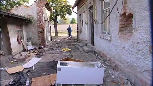 Bourání chátrající kolonie ve Školní ulici v Holešově