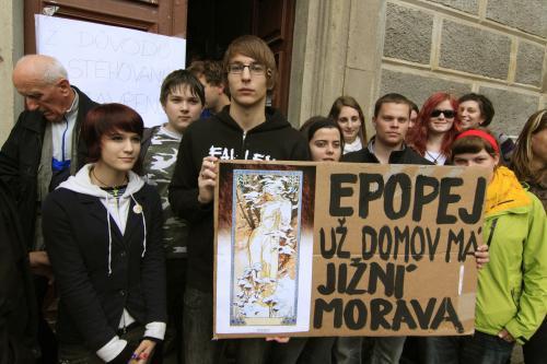 Protesty proti stěhování epopeje