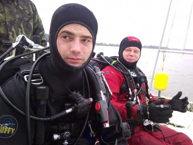 Potápěči se chystají připevnit nálože ke starým stromům