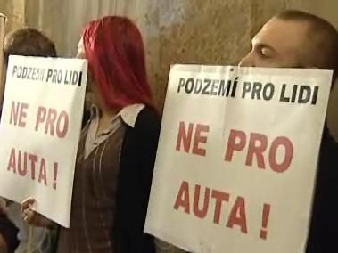 Protestující proti stavbě podzemních garáží