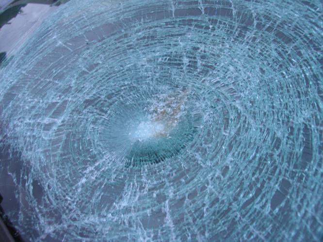 Rozbité čelní sklo havarovaného auta