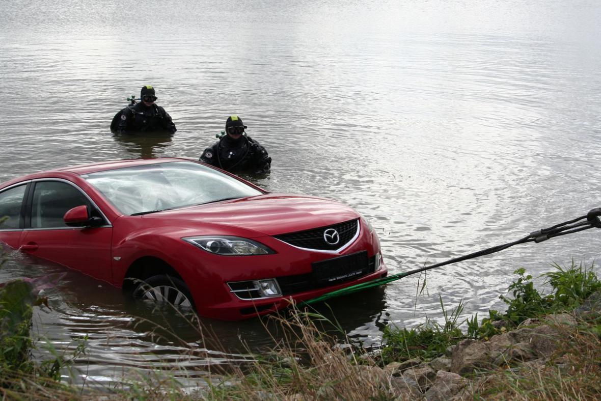 Při vytahování vozu z vody asistovali i policejní potapěči