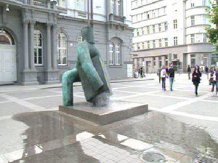Voda ze sochy Spravedlnosti stříká až na chodník