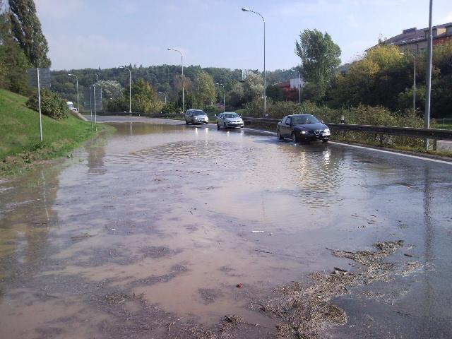 Voda zalila Hradeckou ulici v Brně