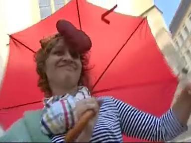 Dobrovolnice předvádí model od Jany Ševčík
