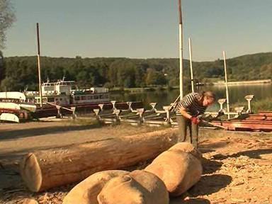 Sochařka opracovává dřevěné kameny