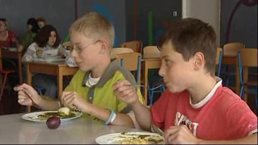 Školáci na obědě v jídelně