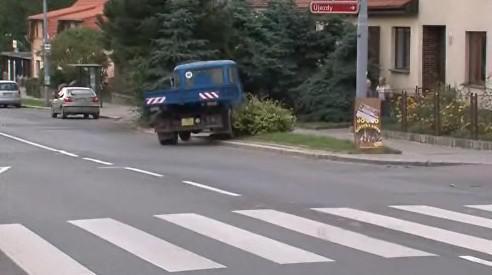 Nákladní vůz, který srazil dvě děti