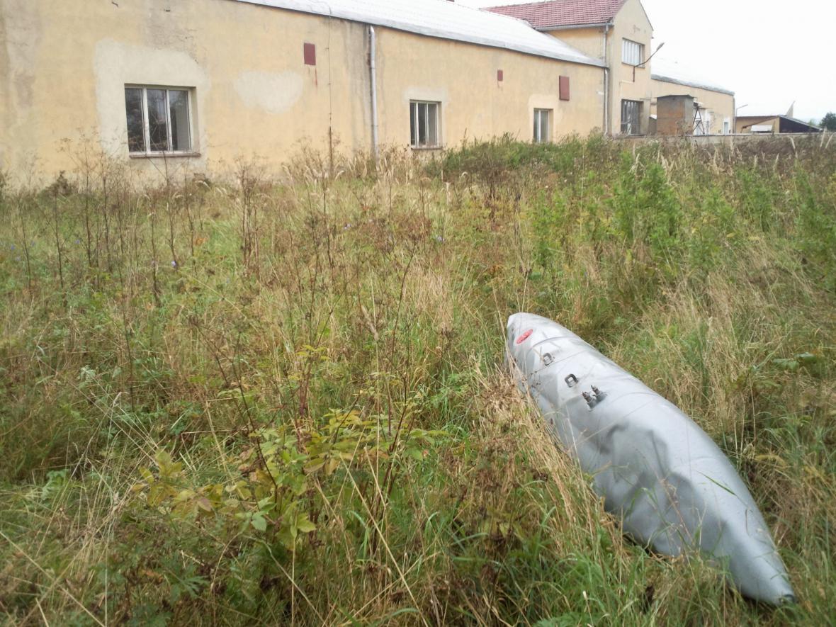 Palivová nádrž, která spadla v Drnovicích