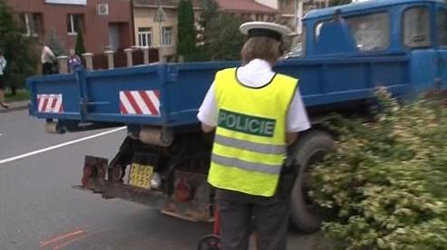 Policisté zkoumající místo včerejší nehody