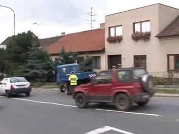 Nákladní vůz, který včera srazil dvě děti