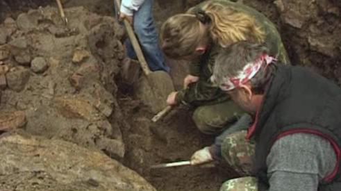 Archeologové pracující v nalezišti v kopci Klášťov