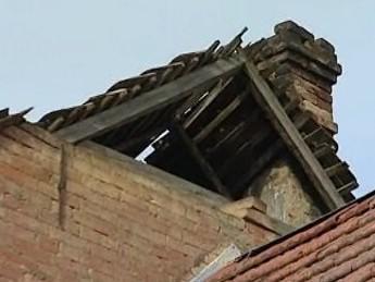 Střecha rozpadajícího se domku v Rousínově