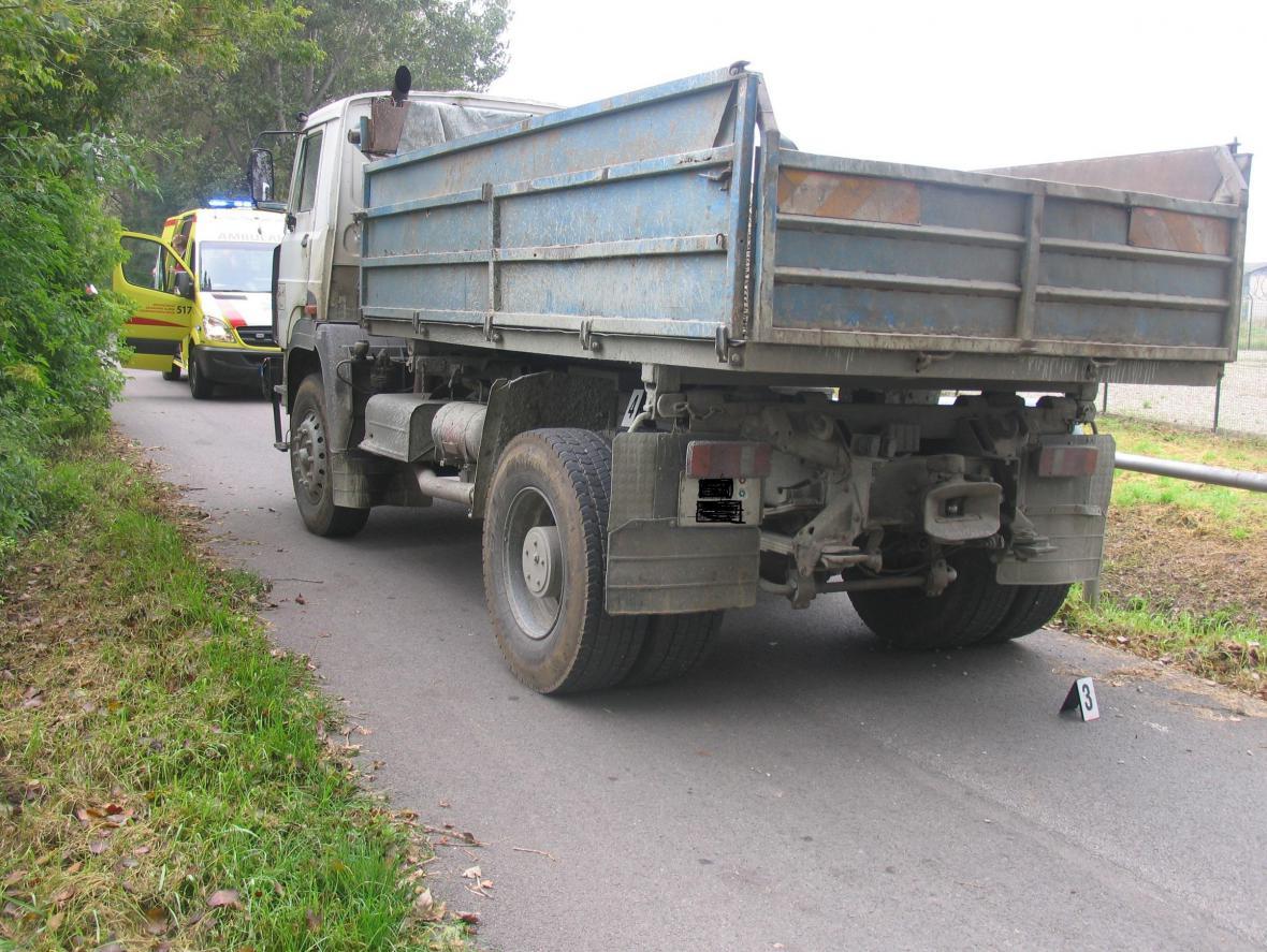 Nákladní vůz, který se srazil s cyklistkou v Kosticích